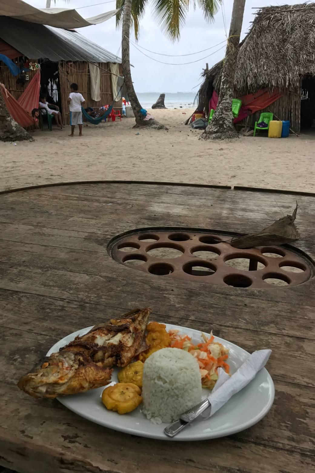 Pescado frito como almuerzo en isla Chichime, Guna Yala o San Blas, Panamá
