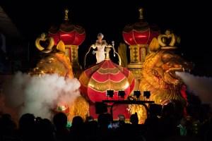 Reina de carnaval de Las Tablas en carroza alegórica de noche