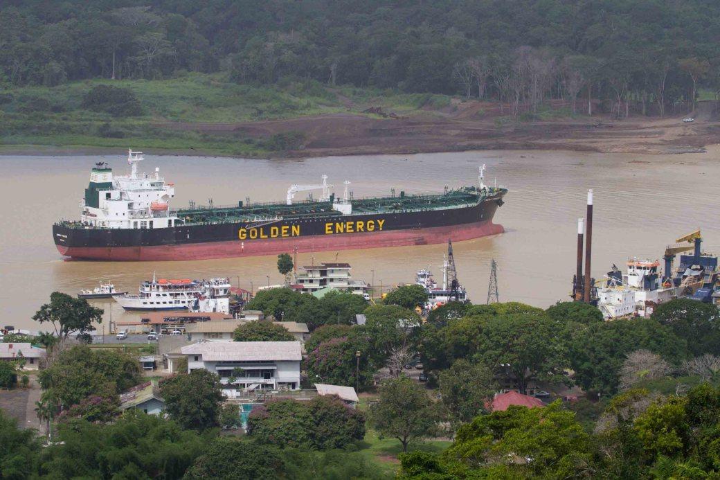 Buque transitando hacia el lago Gatún, a la altura de Gamboa, Panamá
