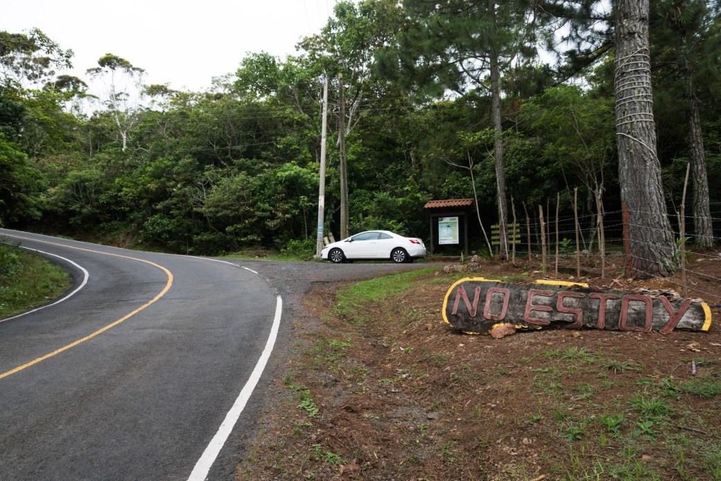 Acceso a los senderos del parque nacional Altos de Campana, al lado de la finca No Estoy, Panamá