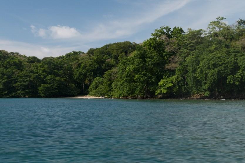 Playa Huertas vista desde el mar, Portobelo, Panamá