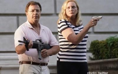 نشانه گیری اسلحه زوج آمریکایی به سمت تظاهرکنندگان
