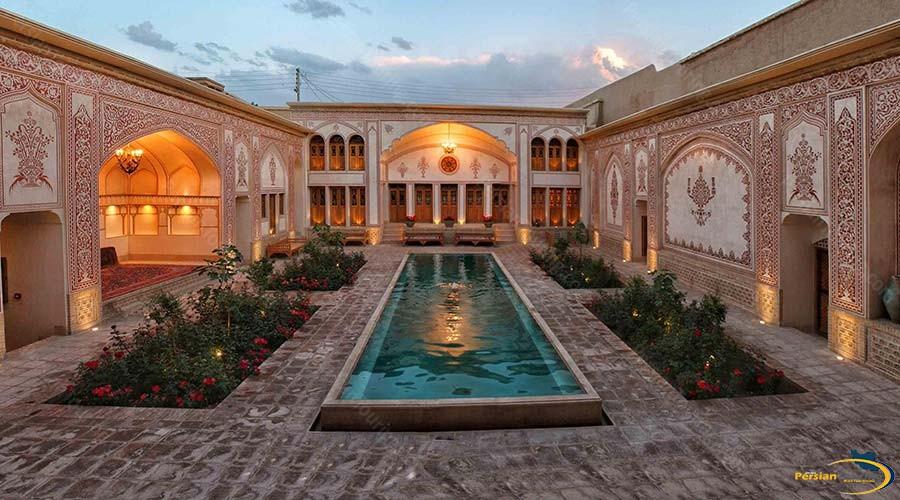 mahinestan-raheb-hotel-kashan-yard-1