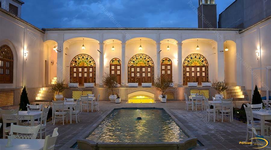 ariana-hotel-kashan-yard-3