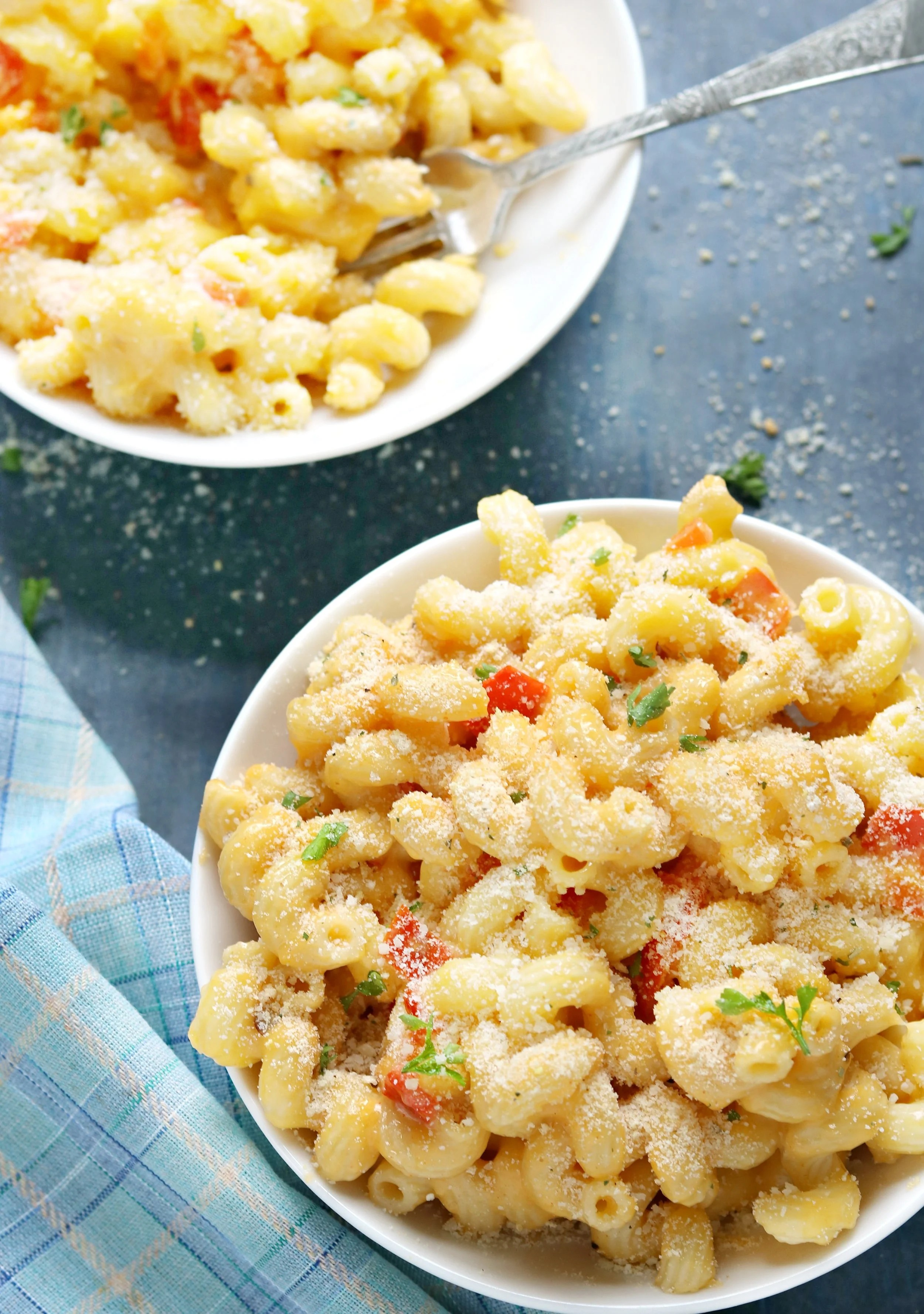 Hard Rock Cafe Twisted Macaroni & Cheese is cavatappi pasta tossed in a slightly spicy cheese sauce with roasted red peppers and topped with Parmesan parsley breadcrumbs. A copycat version of a favorite restaurant dish! | www.persnicketyplates.com