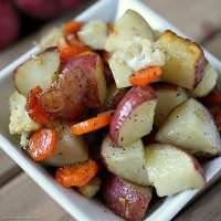 Garlic Roasted Veggies are a mix of cauliflower, carrots, and red skin potatoes tossed in olive oil and garlic and roasted to perfection. | www.persnicketyplates.com