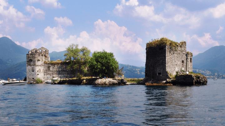 I misteriosi Castelli di Cannero circondati dall'acqua