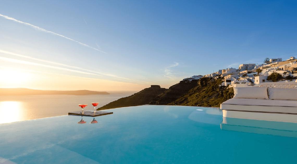 Santorini: l'hotel con tunnel segreti verso piscine infinite
