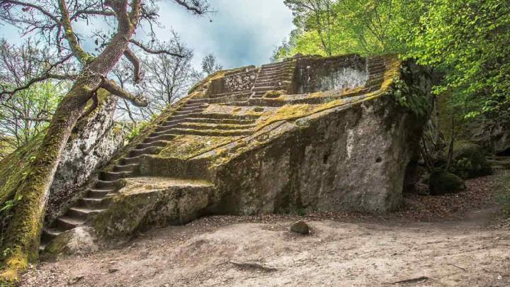 Nel Parco dei Mostri di Bomarzo il mistero della Piramide