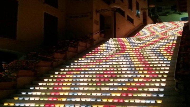 In una notte di fine agosto lo scalone Cairoli di Belgirate s'illumina di mille colori