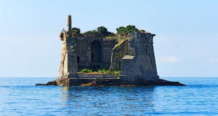 Torre di Scola: emerge dal mare e domina incontrastata le acque liguri