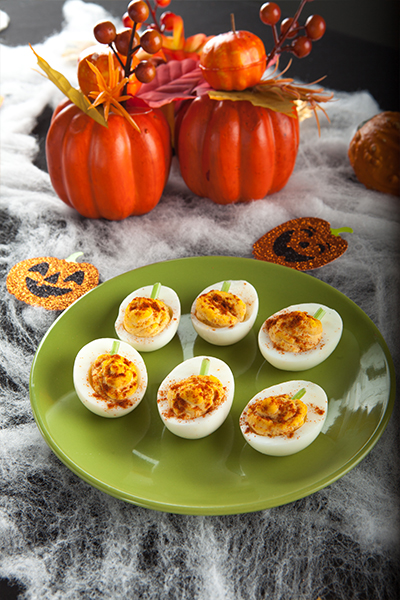 Pin this: Pumpkin deviled eggs from Personal Trainer Food are a low-carb fall snack, perfect to help you lose 10-20 pounds before the New Year hits.