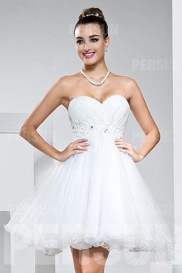 Petite robe blanche bustier coeur empire à jupe évasée