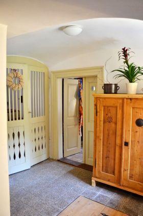 Der Vorraum mit der Tür zur Küche und Treppe