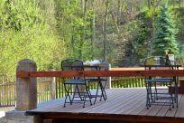 Uklidňující výhled na vodopád z terasy ve dvoře