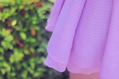 シフォン素材のミニスカートをはく女性