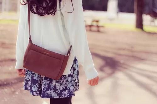 ひとりで歩いている女性