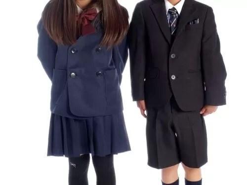 制服姿の男女児
