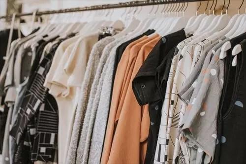 プロのスタイリングサービスは、たくさんの服の中からアイテムを選ぶ