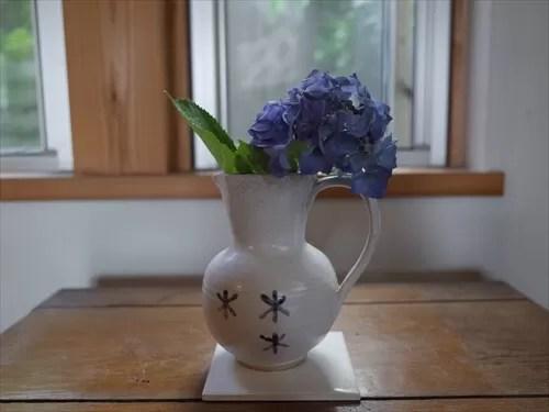 小さな花瓶に活けられた紫陽花