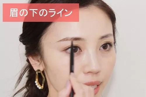 眉の下のラインを描く玉村麻衣子さん