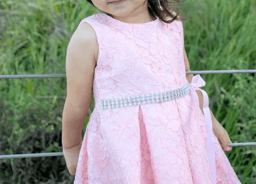 花柄ドレスの女の子