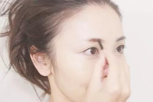 ママ時短メイクで眉を描く玉村麻衣子さん