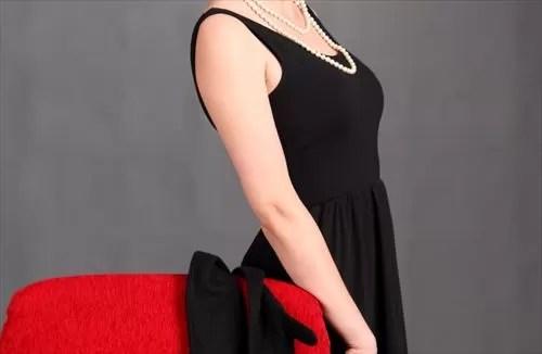 黒いドレスの女性