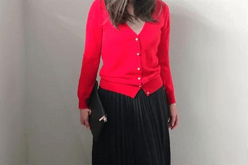 赤いカーディガンを着た女性