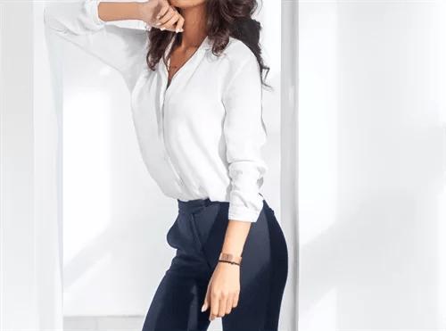 白いシャツの女性