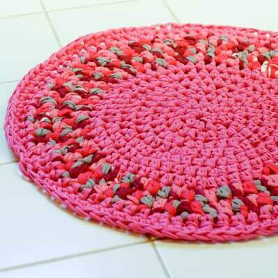 Free Crochet Rug Pattern! Stitching up a crochet rug not only fits a practical use but also can add a unique style and warmth to your space. #petalstopicots