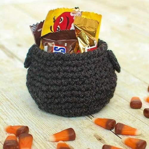 Halloween crochet cauldron-2
