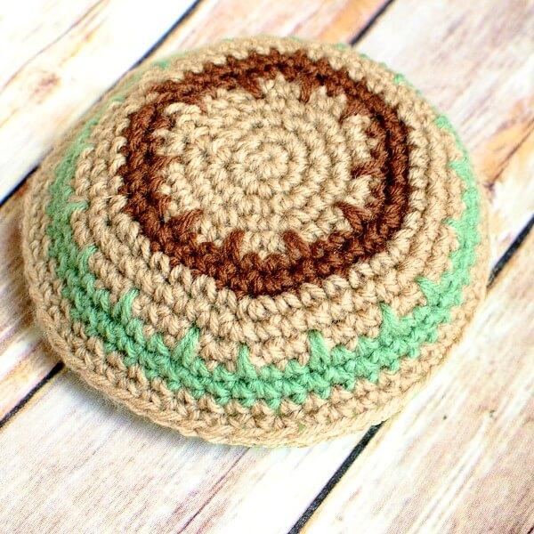 Crochet Yarmulke Pattern | www.petalstopicots.com | #crochet