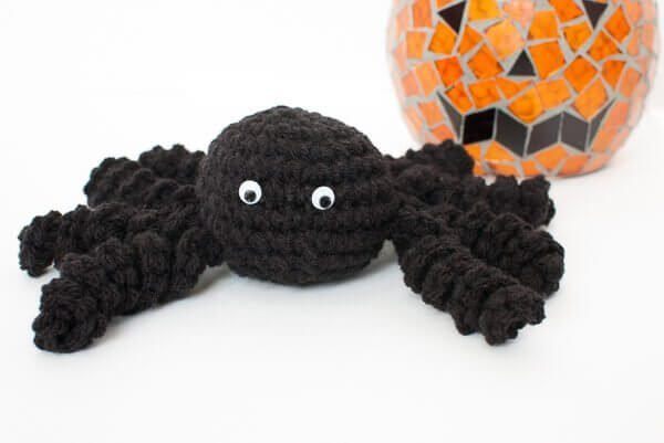 Halloween Spider Crochet Pattern | www.petalstopicots.com