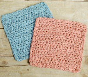 Crochet Washcloth Pattern | www.petalstopicots.com |#crochet #patterns #baby #bath #washcloth