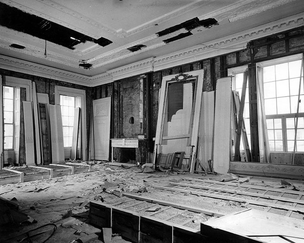 Photos of the White House Gutted During Its Truman Reconstruction xThFUUl