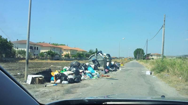 Steccato di Cutro: rifiuti per le vie della località balneare.
