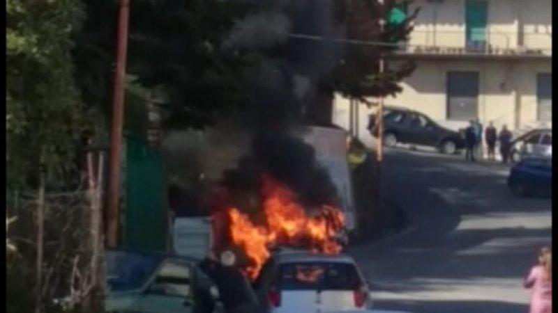 Intervento dei vigili del fuoco per auto in fiamme