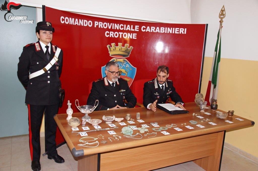 I Carabinieri ritrovano reperti archeologici in una stalla