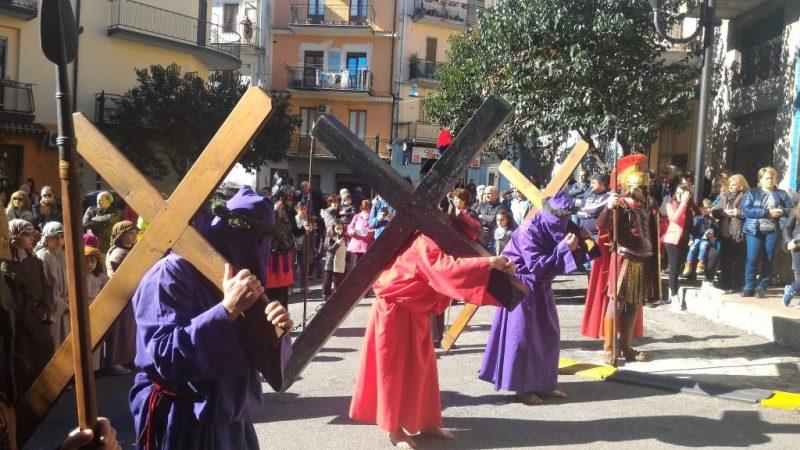 I fedeli della Santa Spina sono in processione verso il Santuario