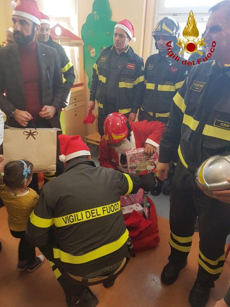 Vigili del fuoco all'ospedale di Crotone per un Natale da supereroi
