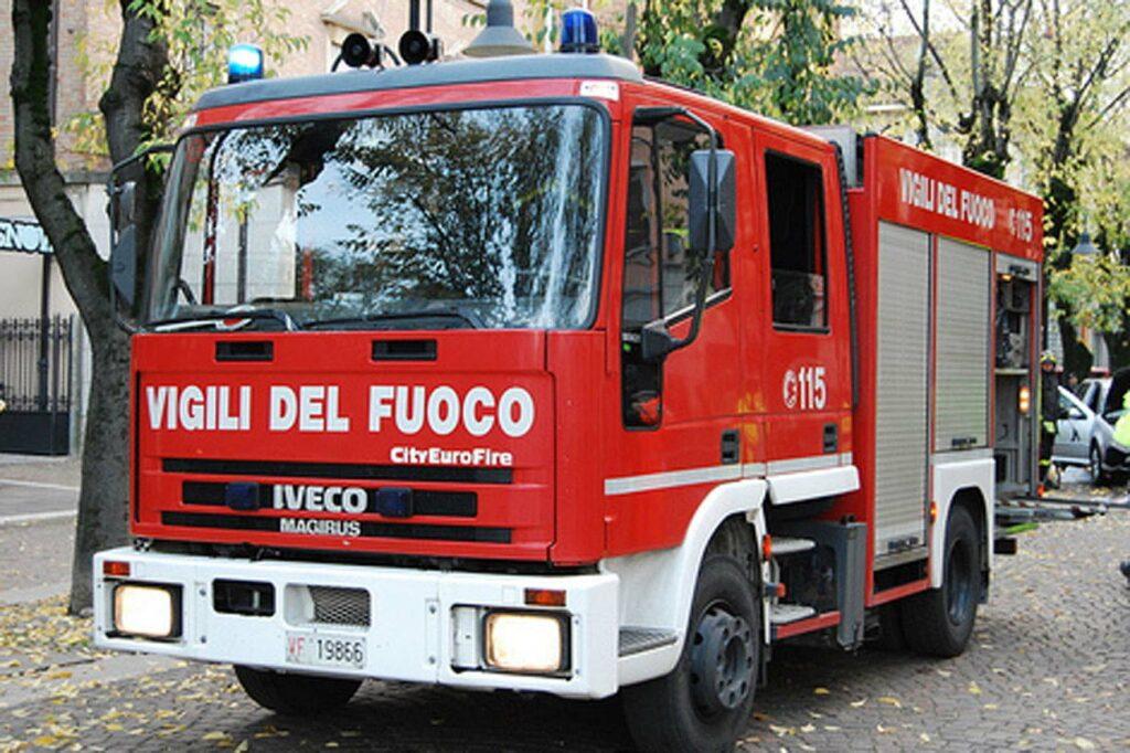Distrutta dalle fiamme macchina a Strongoli