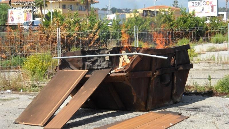 I Carabinieri forestale hanno individuato e denunciato due persone sorpresi a bruciare rifiuti