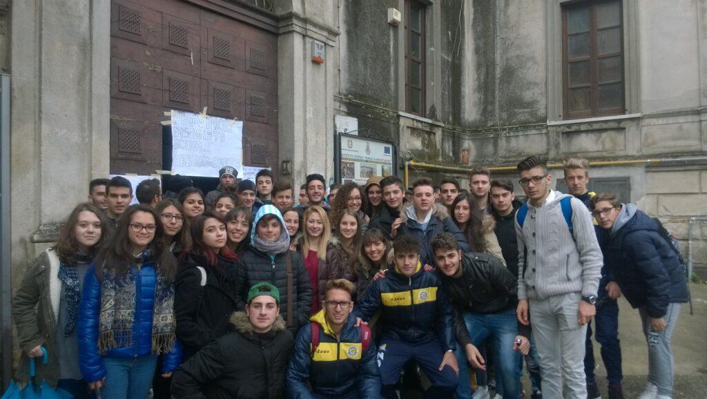 È protesta fuori dal liceo: gli studenti manifestano per un loro diritto