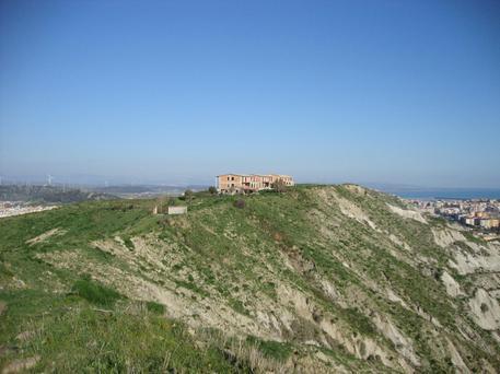 Sequestrati capannoni abusivi su una collina a Crotone