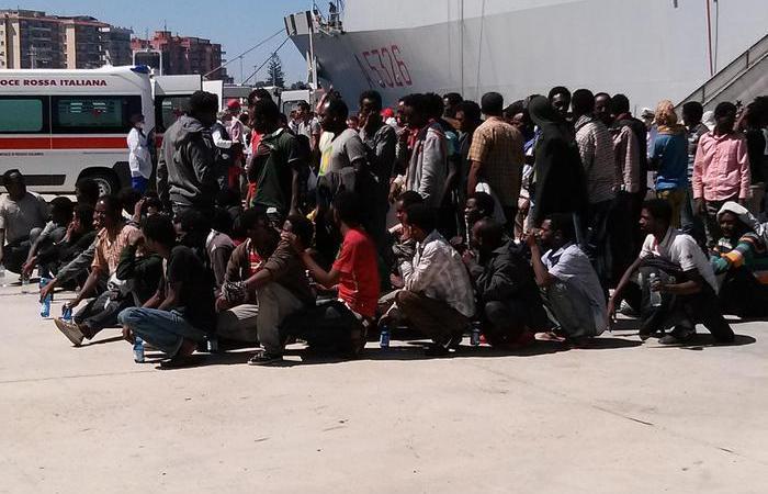 Sbarcati 1144 migranti a Crotone