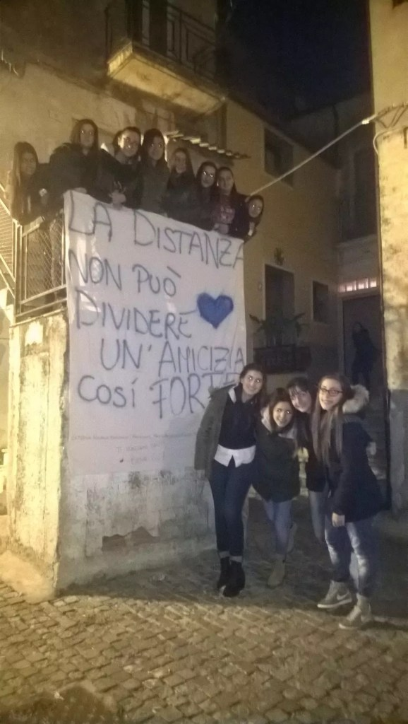 Gli adolescenti di Petilia manifestano affetto ad una loro amica