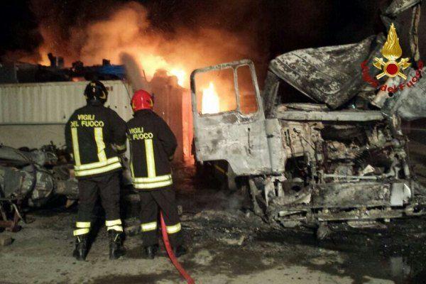 Caccuri, in fiamme struttura per autodemolizioni