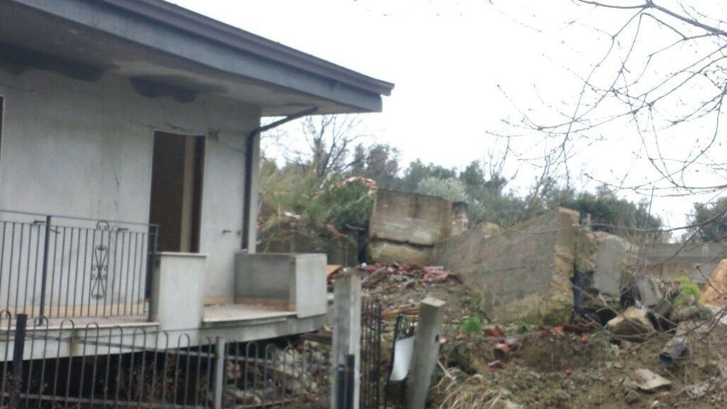 La palazzina a Foresta crolla a causa di una frana