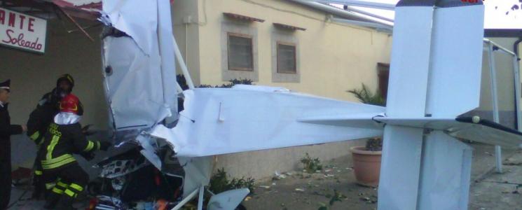 Cade aereo biposto a Cirò Marina